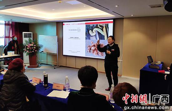 中国无土高密度水蛭养殖专家石赛仙讲解金边水蛭养殖和发展前景。李华毅 摄