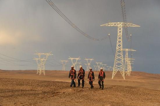 750千伏新疆与西北第二通道和哈密南—郑州±800千伏特高压直流线路。石怀平 摄
