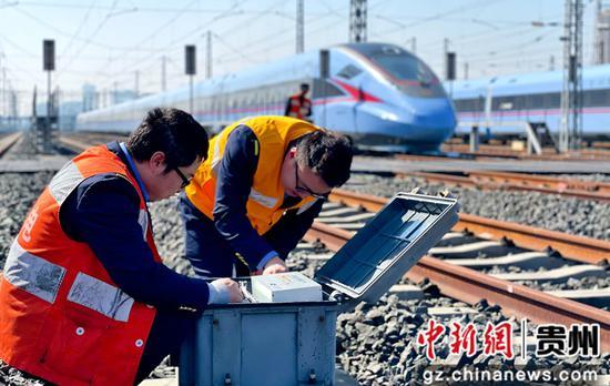 贵阳电务段职工正在检查动车所内复兴号停放附近的信号设备