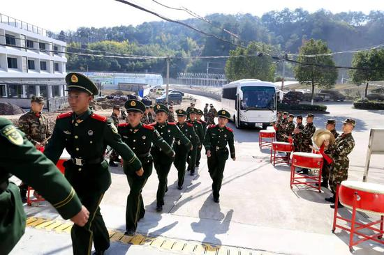 """武警丽水支队基层中队欢迎新战友""""回家""""。 刘治乾 摄"""