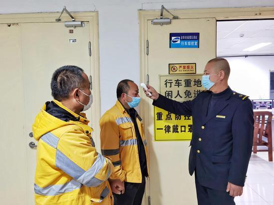 缙云西站工作人员测量外单位人员提问。 庄卫东 摄