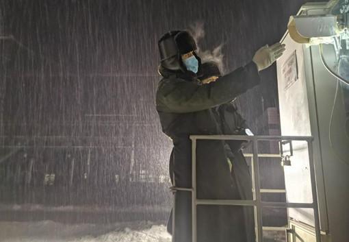 国网新疆检修公司员工开展断路器SF6气体压力检查。