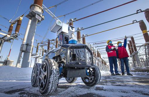 国网乌鲁木齐供电公司员工运用智能机器人巡检变电设备。