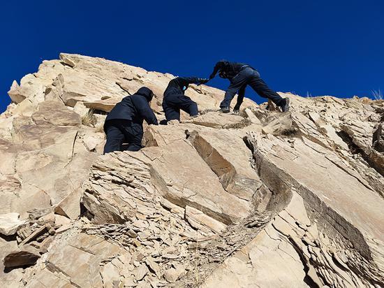 新疆克州边境管理支队托云边境派出所民警踏雪巡边保稳定