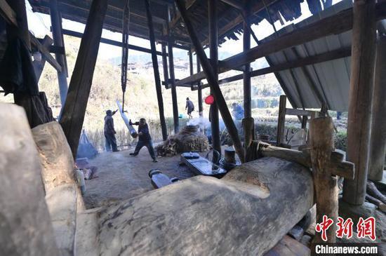 图为两名侗族榨油师傅在挥舞撞锤猛击楔子。 吴德军 摄