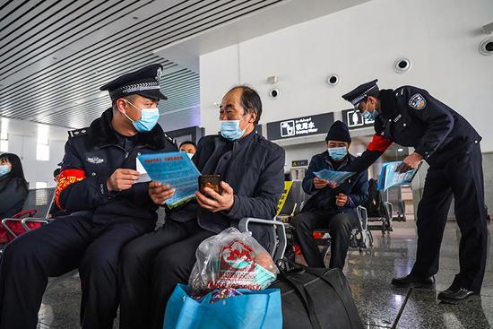乌鲁木齐铁路公安局哈密公安处治安支队民警在哈密火车站对进站旅客、候车旅客开展打击倒票法律常识宣传。