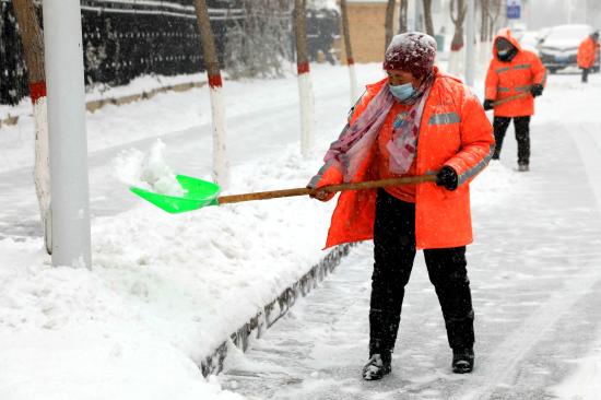 察布查尔县迎大范围降雪天气 多方合力保通行安全
