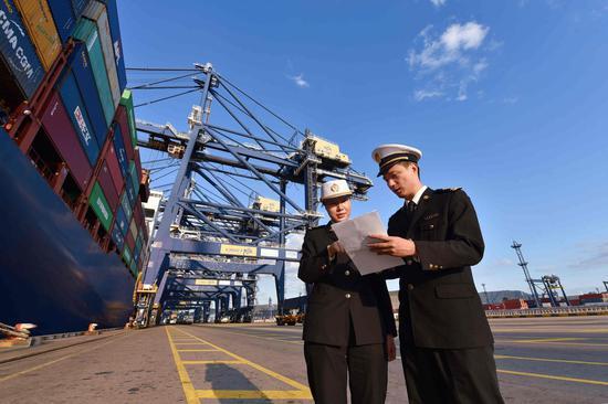 宁波海关所属大榭海关关员对码头进行巡查 向恋梅 摄
