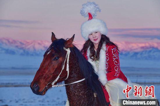 驰娜尔·阿台在雪地策马驰骋,为家乡代言。 张学礼 摄