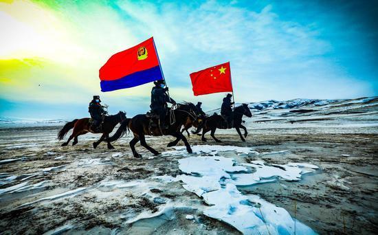 寒风凛冽 新疆塔城达因苏边境派出所民警踏雪巡边