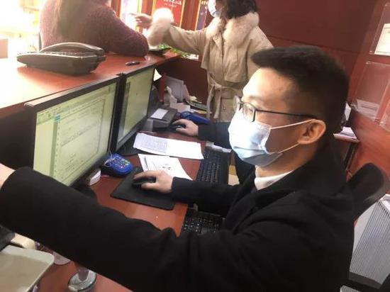 销售公司党群工作部曾鑫在自营一线