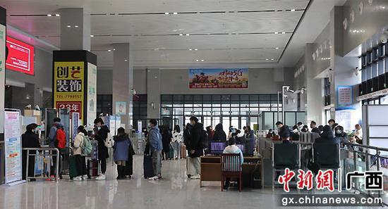 图为进站学生旅客按照1米线排队等候安检。李洪锐 摄