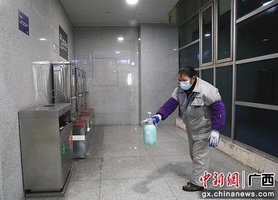 图为车站保洁对站内进行日常消毒。李洪锐 摄