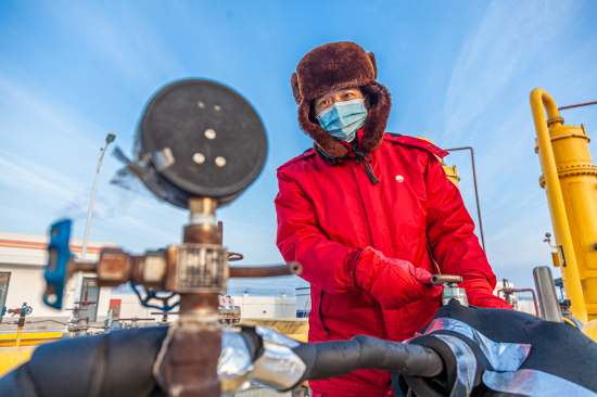新疆油田油气储运公司输气队金龙一级配气站班长张善海在进行天然气调压作业 。张克文 摄