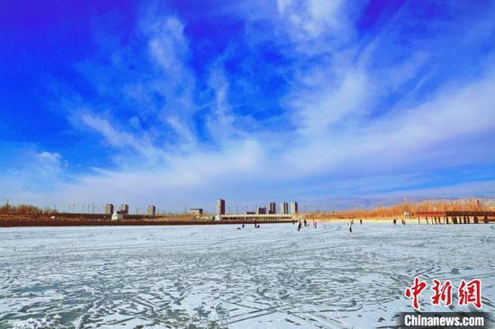 新疆孔雀河冰融冰挂晶莹剔透 呈现别样冬韵