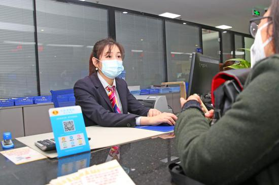 金華市民在窗口辦理醫保業務。 黃鳴 攝