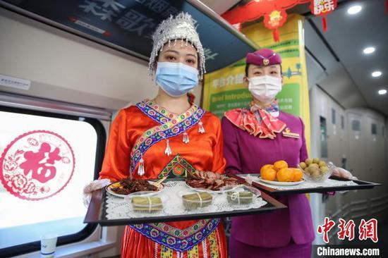 图为列车上推介的贵州特色年货。 瞿宏伦 摄