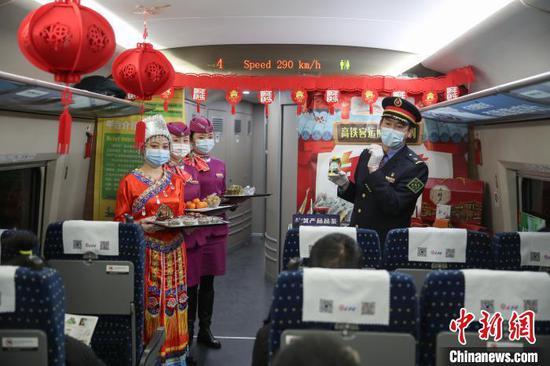 """贵州:动车上的""""年货节"""" 年味十足"""