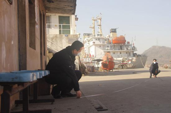 舟山市煙草專賣局證件管理員前往勘驗地點提供預勘驗服務。 婁靈芝 攝