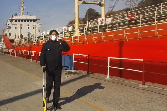 舟山市烟草专卖局证件管理员前往勘验地点提供预勘验服务。 娄灵芝 摄