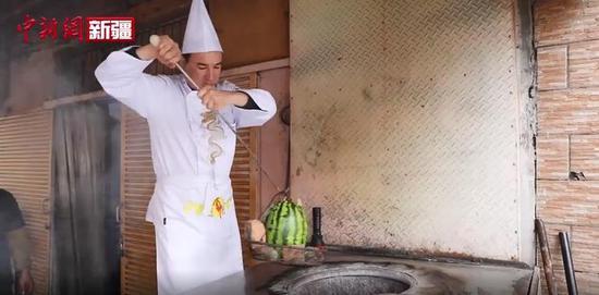 探访喀什美食 西瓜烤肉和羊排烤包子你吃过吗?