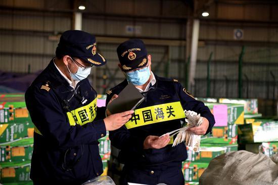 宁波海关关员对货物进行查验 向恋梅 摄