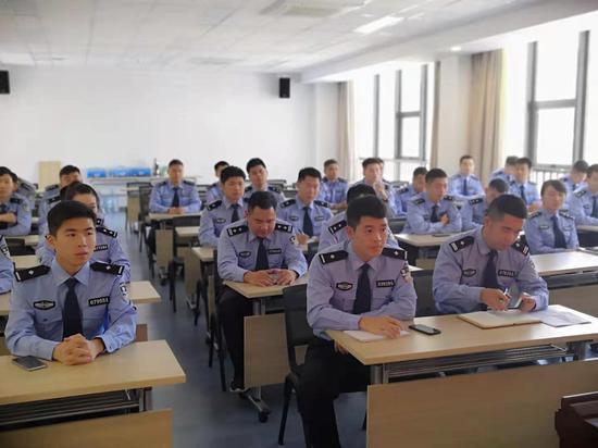 丽水警方组织民警集体学习法律知识。 何培芳 摄