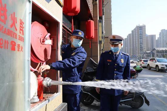 图为绍兴重拳整治沿街店铺消防安全隐患。余昌龙 摄