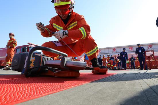 图为绍兴市消防救援支队举行2021年开训动员暨战勤保障技能拉练比武。余昌龙 摄