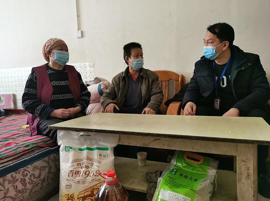 访惠聚工作队到居民家中给居民讲解党的十九届五中全会精神。