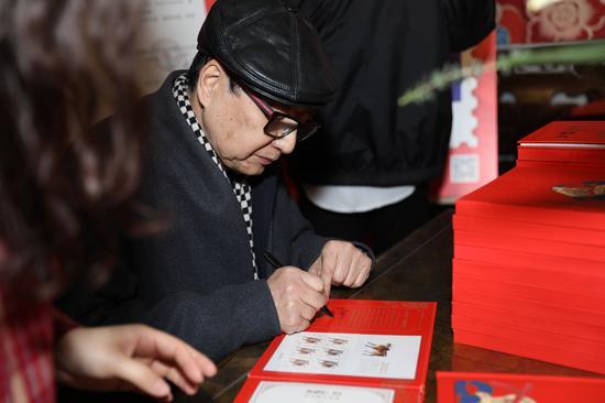 朱炳仁现场亲笔签售邮册。袁佳鑫 摄