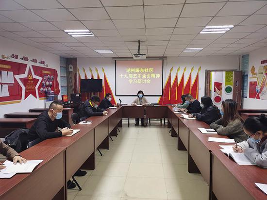社区第一书记、工作队队长王春梅同志组织社区全体党员开展学习贯彻党的十九届五中全会精神的学习研讨会。