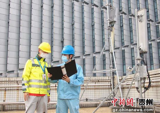 南方电网广东佛山南海供电局桂城供电所工作人员为中国移动南海分公司5G总基站建设提供专项服务。张宇晖 摄