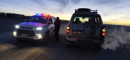 """新疆警方协助青海警方联手打通315国道进出疆""""大动脉"""""""
