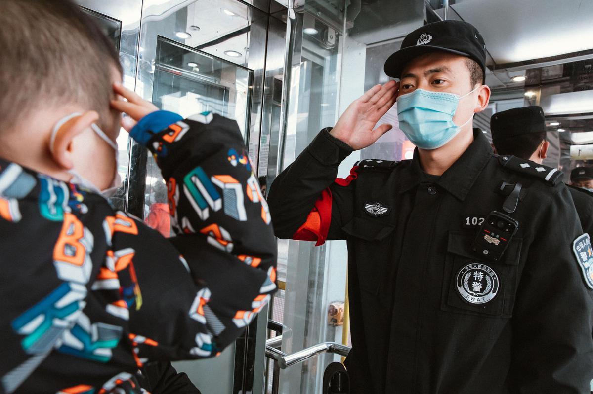 广西铁警为返乡孩子买自己值乘车次车票 只为多陪陪家人