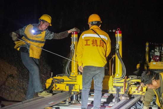 廣西鐵路備戰春運 連夜施工整修線路