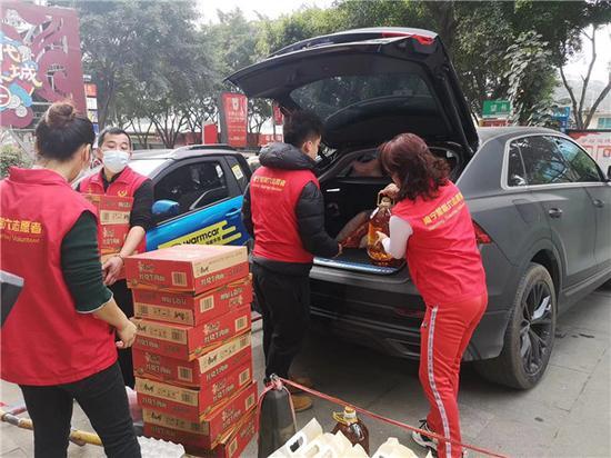 南宁志愿者热情帮助疫情管控区民众排忧解难