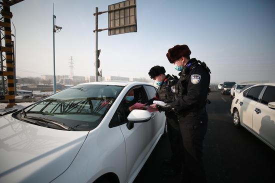 乌鲁木齐铁路公安局乌鲁木齐公安处北站派出所民警对芦草沟线3公里道口通行车辆进行安全宣传。