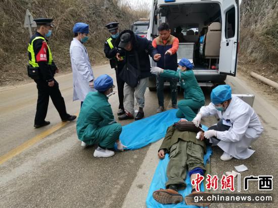 崇左友谊关边境派出所快速出警救助6名被困群众