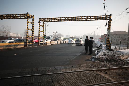 乌鲁木齐铁路公安局乌鲁木齐公安处北站派出所民警在芦草沟线3公里道口疏导交通。