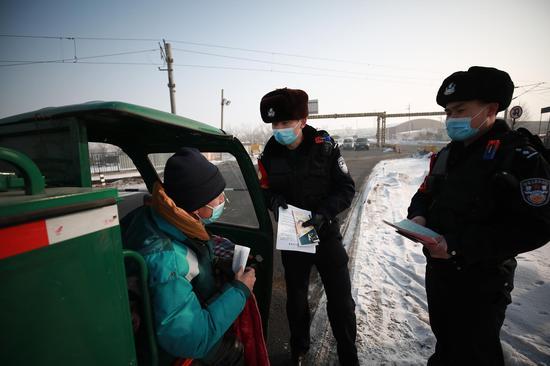 乌鲁木齐铁路公安局乌鲁木齐公安处北站派出所民警对芦草沟线3公里道口非机动车辆进行宣传教育。
