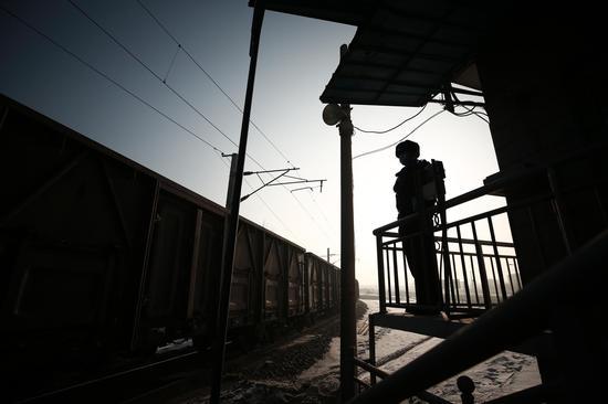 ?春运临近 乌鲁木齐铁警守卫铁路道口安全