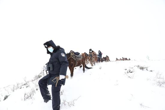 """1月21日,民警成立的 """"骑兵小分队正在开展巡边踏查活动。"""