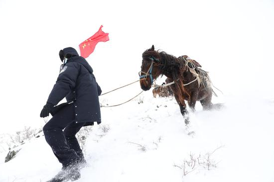 """新疆阿勒泰:""""骑兵小分队""""踏雪巡边(组图)"""