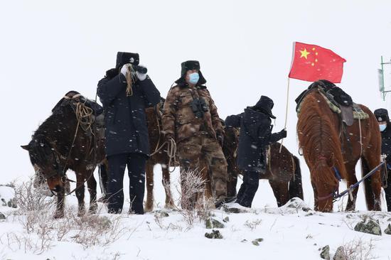 """2021年1月21日,民警成立的 """"骑兵小分队正在开展巡边踏查活动。"""