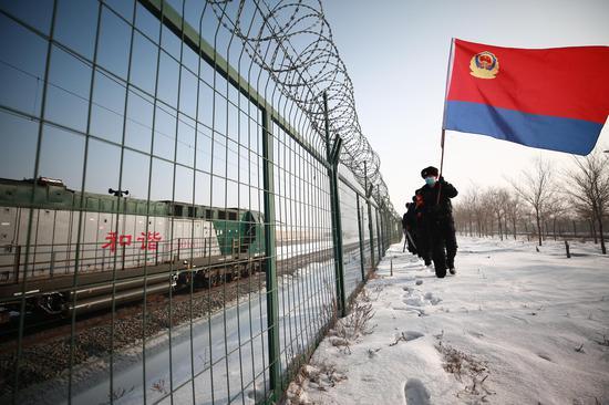 乌鲁木齐铁路公安局乌鲁木齐公安处北站派出所民警联合地方警务站,对芦草沟线3公里道口周边线路进行巡查。