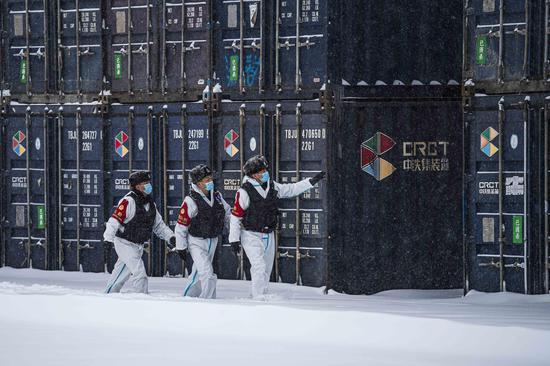 民警对货场待运到中亚地区的集装箱场地进行安全检查。