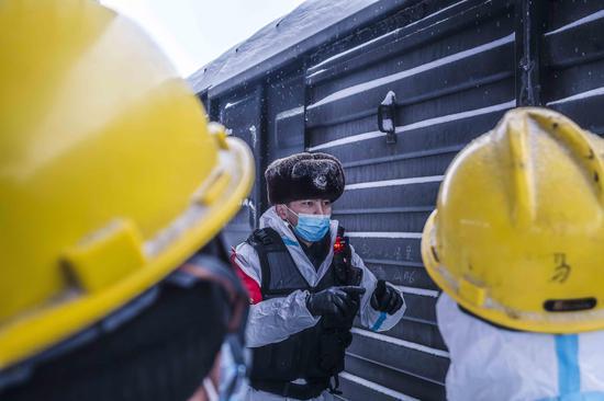 民警对货场装卸人员进行冬季作业和防火安全盯咛。