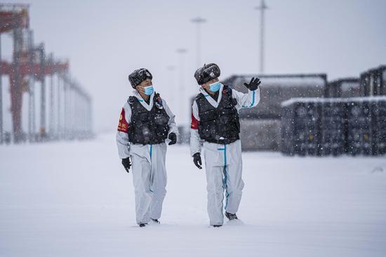 民警对货场重点防火区域进行安全巡查。