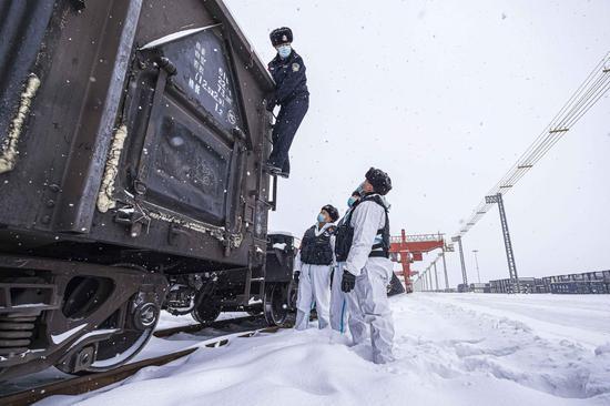 新疆铁警:风雪中安全防疫检查不放松